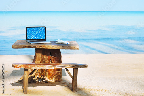 Fotografía  office of freelancer on the beach, laptop computer with empty screen and nobody,