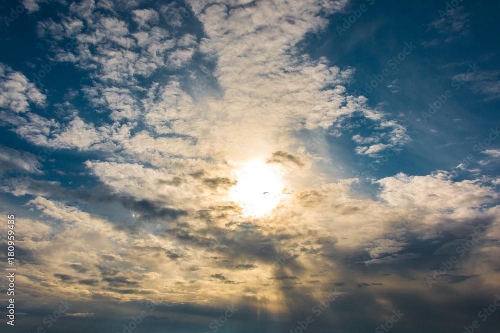 Sonne am Himmel mit Wolken