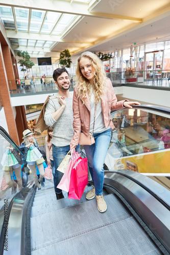 Plakat Młoda para w centrum handlowym