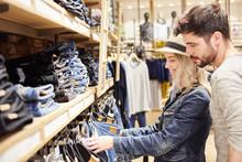 Junges Paar Im Jeans Mode Shop...