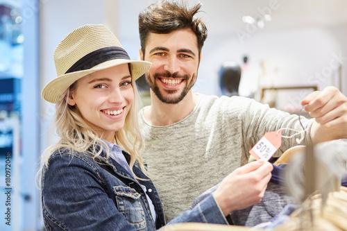 Photo  Paar beim Shopping sucht Sonderangebote