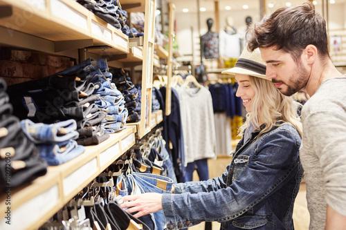 Obraz Junges Paar im Jeans Mode Shop beim Einkaufen - fototapety do salonu