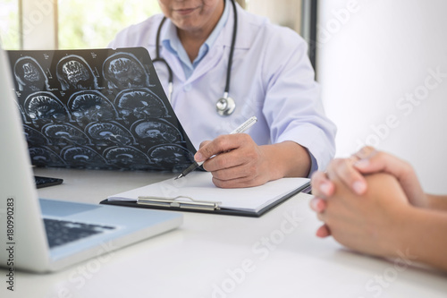 Obraz Professor Doctor report and recommend a method with patient treatment - fototapety do salonu