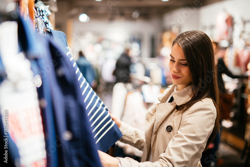 Fotomural Beautiful woman buying clothes