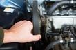 Meccanico fa' manutenzione a un motore