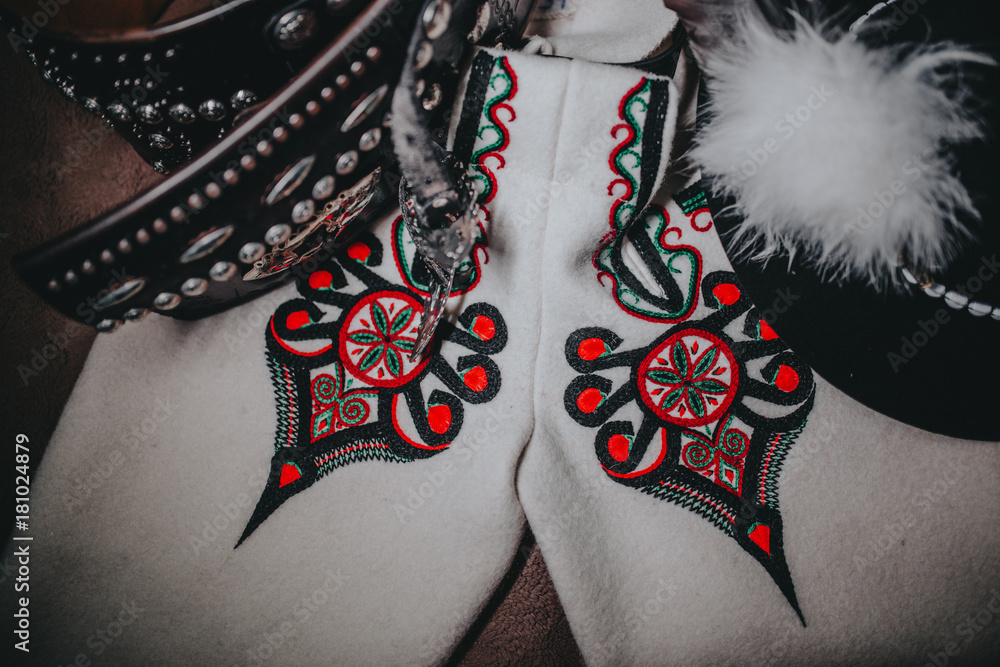 Fototapeta Góralskie elementy męskiego ubioru na deskach