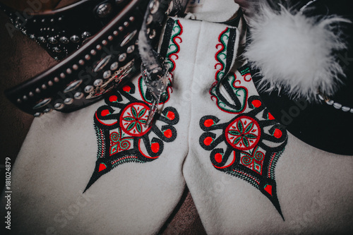 Góralskie elementy męskiego ubioru na deskach