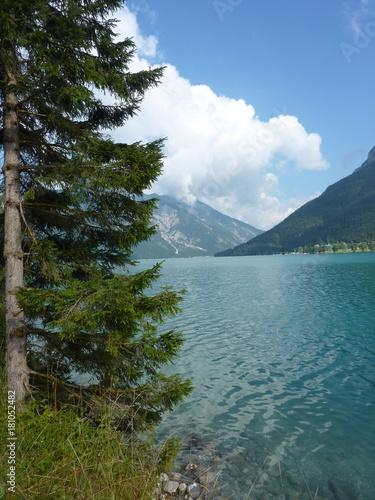 widok-na-jezioro-achensee-w-piekny-dzien