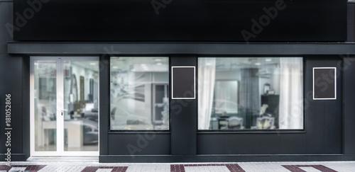 Odkryty makieta, szablon sklepu, frontowa fasada sklepowa z ekspozycją okien, trzy plakaty.