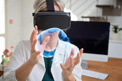 dottoressa esamina cranio con la realtà virtuale Canvas Print