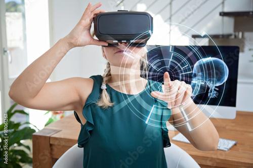 Photo bella ragazza con occhiali per realtà virtuale