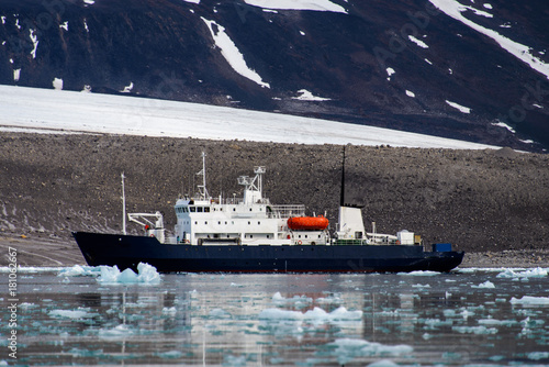 Papiers peints Arctique Expedition vessel in Arctic sea