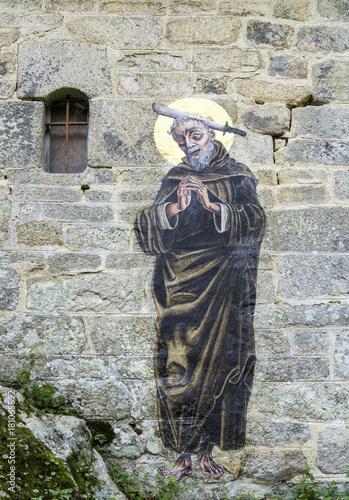 Fotografie, Obraz  image de saint Gildas sur le mur en pierre de Chapelle Saint-Gildas, Bieuzy, Mor