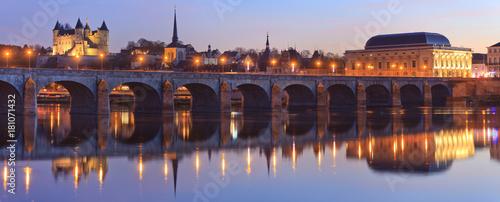 La pose en embrasure Ponts Saumur, château, église saint-Pierre, Pont cessart, le dôme