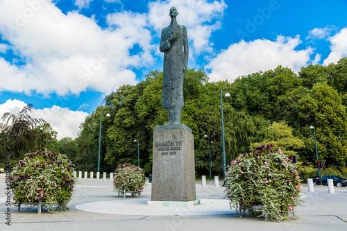 Photo  Statue of King Haakon VII in Oslo