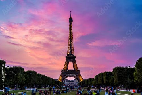 In de dag Eiffeltoren Eiffel Tower at sunset in Paris