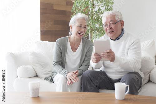Obraz An old couple enjoying tablets - fototapety do salonu