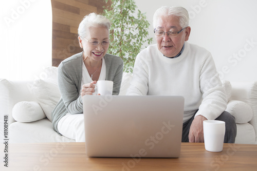 An elderly couple is making friends and practicing personal computers Canvas Print