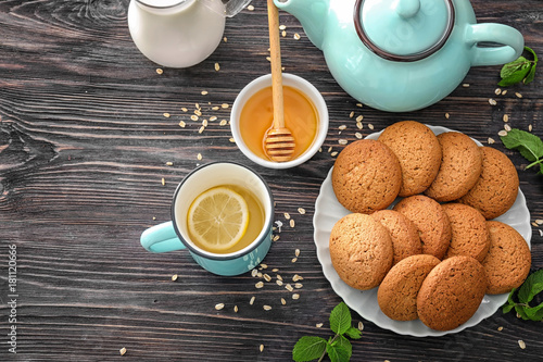 Photo sur Toile Biscuit Composition with delicious oatmeal cookies on wooden background