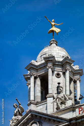 Photographie  LONDON - JULY 27 : Replica Gilded Statue of Anna Pavlova Classical Ballerina in