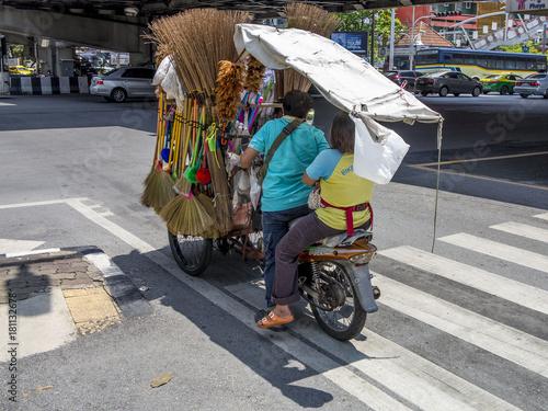 Tienda motocicleta ambulante en un paso de peatones en Bangkok