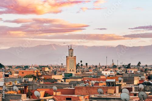 Photo  panoramic views of marrakech medina with atlas mountain range at background, mor