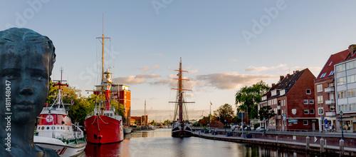 Photo Emden am Delft mit abendstimmung und Jantje Vis