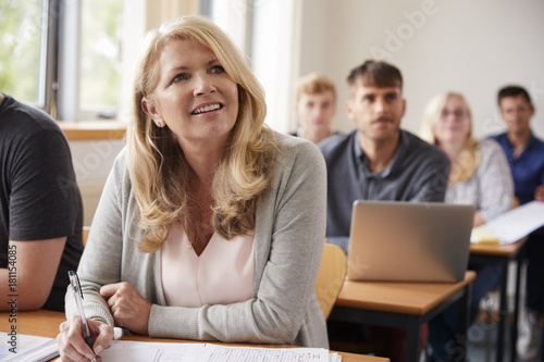 Fotografia  Mature Woman In College Attending Adult Education Class