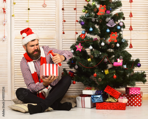 Santa Claus with disappointed face on red garlands background Fototapet