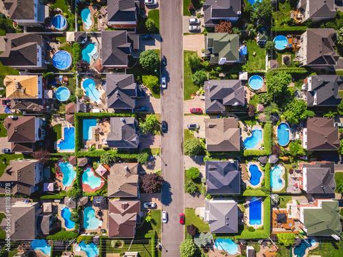 widok-z-gory-domow-w-typowej-dzielnicy-mieszkalnej-w-montrealu-quebec-kanada
