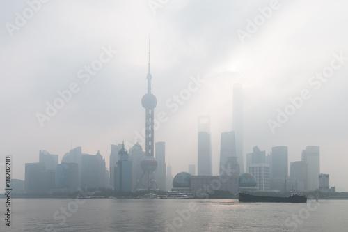 Plakat Shanghai Pudong w mgle