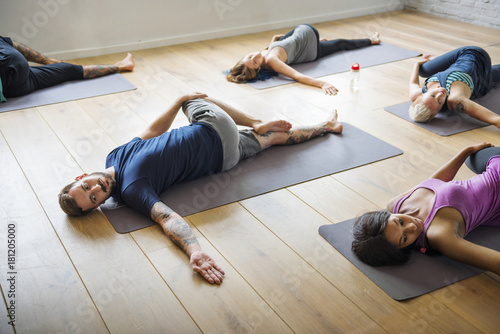 Poster Ecole de Yoga Group of diverse people are joining a yoga class