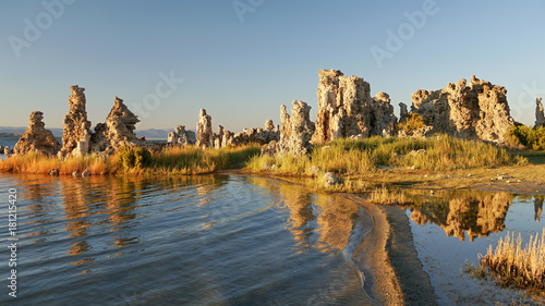 Fotografía Mono lake reflection. Tufa formation. California, USA