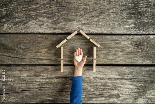 Plakat Dziecko wskazuje jego miłość dla jego domu
