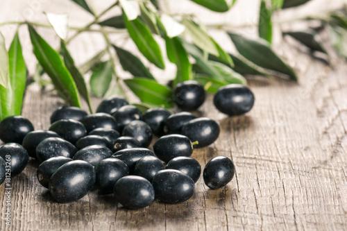 Photo sur Plexiglas Zen pierres a sable Olives on wooden background