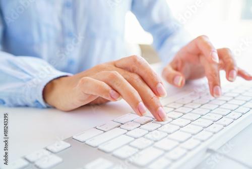 Foto Female woman office worker typing on the keyboard