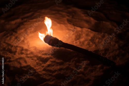 Fotografía burning torch lights up the winter night fire alone dark lonely background natur