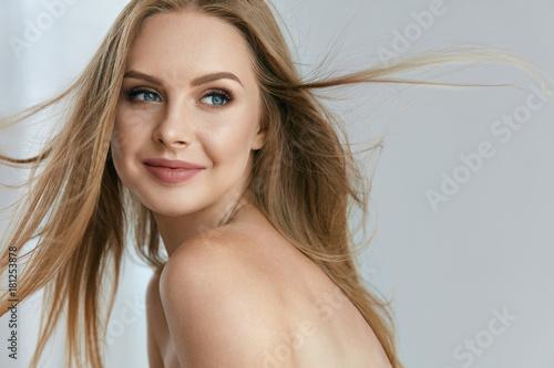 Fotografia  Beautiful Happy Young Woman Smiling Portrait