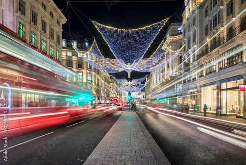 Photo  Die Einkaufsstraße Regent Street in London bei Nacht mit Weihnachtsbeleuchtung u
