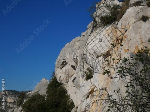 Fototapeta Filet de sécurité des chutes de pierres dans les montagnes