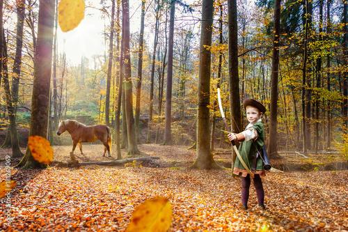 Fotografie, Obraz  Junge spielt Robin Hood im Herbstwald