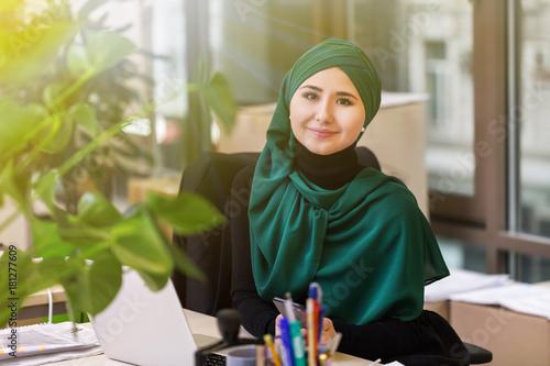Fotografía  Muslim asian woman working in office with laptop
