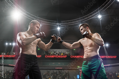 Photo two mma fighters standing in fighting stance ready to fight in mma cage close-up