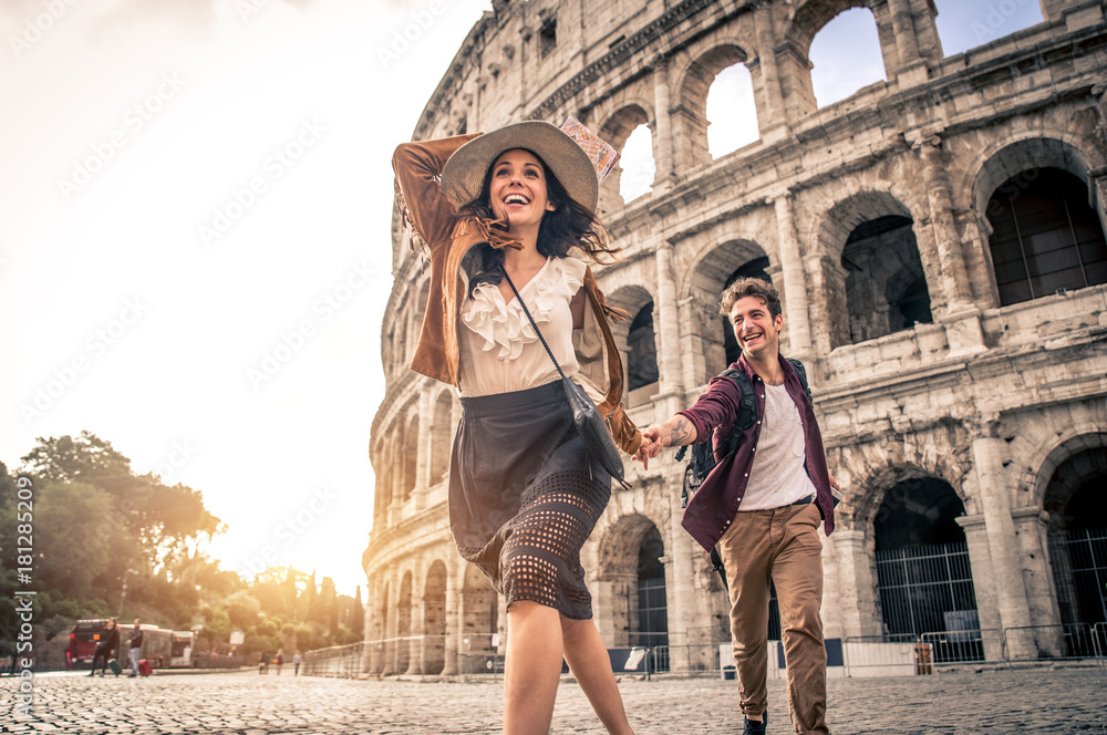 Fototapety, obrazy: Couple at Colosseum, Rome