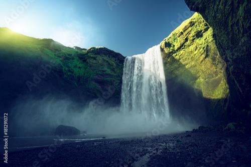 Montage in der Fensternische Wasserfalle Skogarfoss waterfall and summer sunny day, Iceland