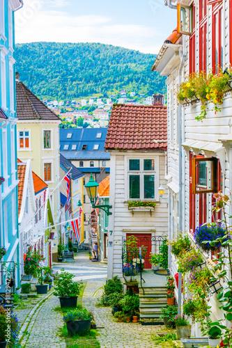 widok-stary-drewniany-dom-w-norweskim-miescie-bergen