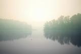jesienne mgły nad jeziorem