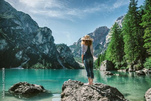 Montage in der Fensternische Blau Jeans Woman looking at mountain landscape