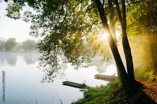 jesienny-klimatyczny-poranek-nad-jeziorem
