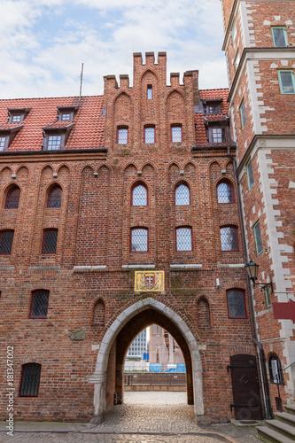 Obraz na dibondzie (fotoboard) Widok na Bramę Mariacką (Brama Mariacka) na pustej ulicy Mariackiej (ul Mariacka) na Głównym Mieście w Gdańsku, w godzinach porannych.